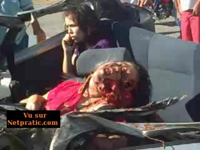 [VIP] Une fille fait un appel téléphonique au siège arrière tandis que deux morts attendent à l'avant