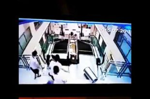 une mère se fait écraser sous l'escalator (choc)