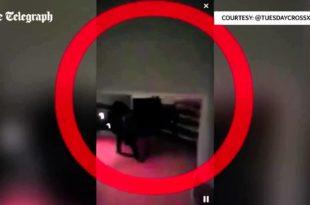 Un personnage mystérieux habillé tout en noir  se promenant dans les couloirs du bataclan juste avant la fusillade