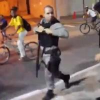 Un policier brésilien tire sur un manifestant au fusil à pompe
